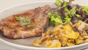 Photo de recette de côte de porc, cèpes, pommes, automne, facile, romarin de Kilomètre-0, blog de cuisine réalisée à partir de produits locaux et issus de circuits courts