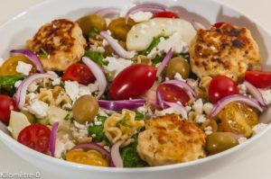 Photo de recette de salade grecque, boulette de poulet, polpette, fêta, légère, facile, Kilomètre-0, blog de cuisine réalisée à partir de produits locaux et issus de circuits courts