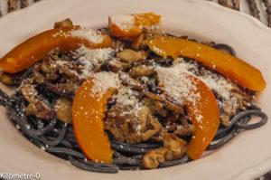 Photo de recette facile de spaghetti à l'encre de seiche, automnale, potimarron, cèpes, grana, healthy de de Kilomètre-0, blog de cuisine réalisée à partir de produits locaux et issus de circuits courts