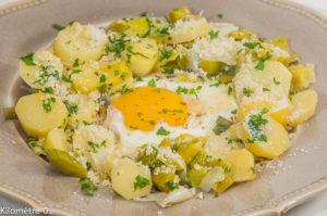 Photo de recette de poêlée de pommes de terre, grana, poireaux, oeuf sur le plat, oeuf mollet, persil, végétarienne, sans gluten, Kilomètre-0, blog de cuisine réalisée à partir de produits locaux et issus de circuits courts
