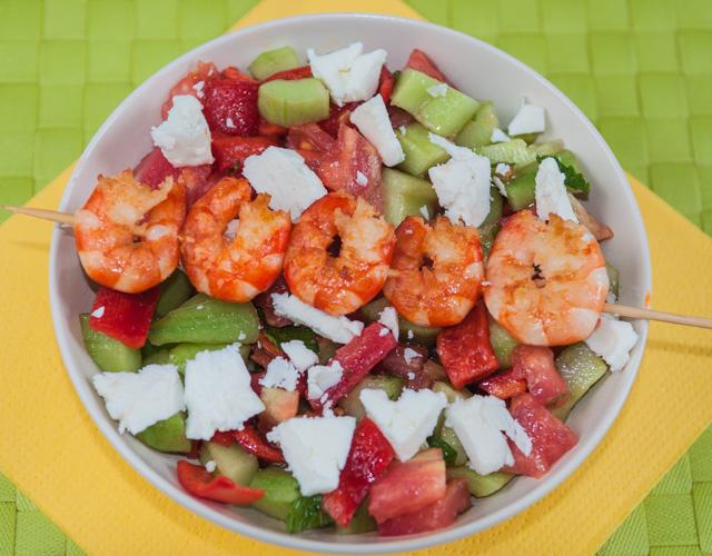 image, photo de recette de salade grecque, tomate, concombre, crevettes, brochettes, été, crudités, healthy, rapide, légère de Kilomètre-0, blog de cuisine produits de saison et bio