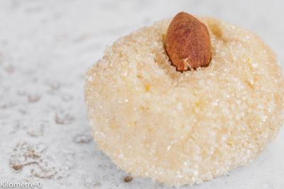 Photo de recette d'amararetti, biscuits italiens, bouchées, gâteaux secs, amandes, citron, eau de fleur d'oranger de Kilomètre-0, blog de cuisine réalisée à partir de produits de saison et issus de circuits courts