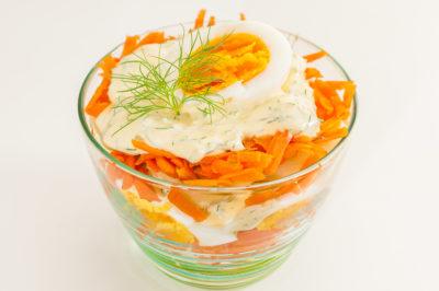 Photo de recette de  salade du 4 juillet, cuisine américaine, USA, Etats-Unis, carotte, pomme de terre, oeuf, végétarienne, facile, légère, biio de Kilomètre-0, blog de cuisine réalisée à partir de produits de saison et issus de circuits courts