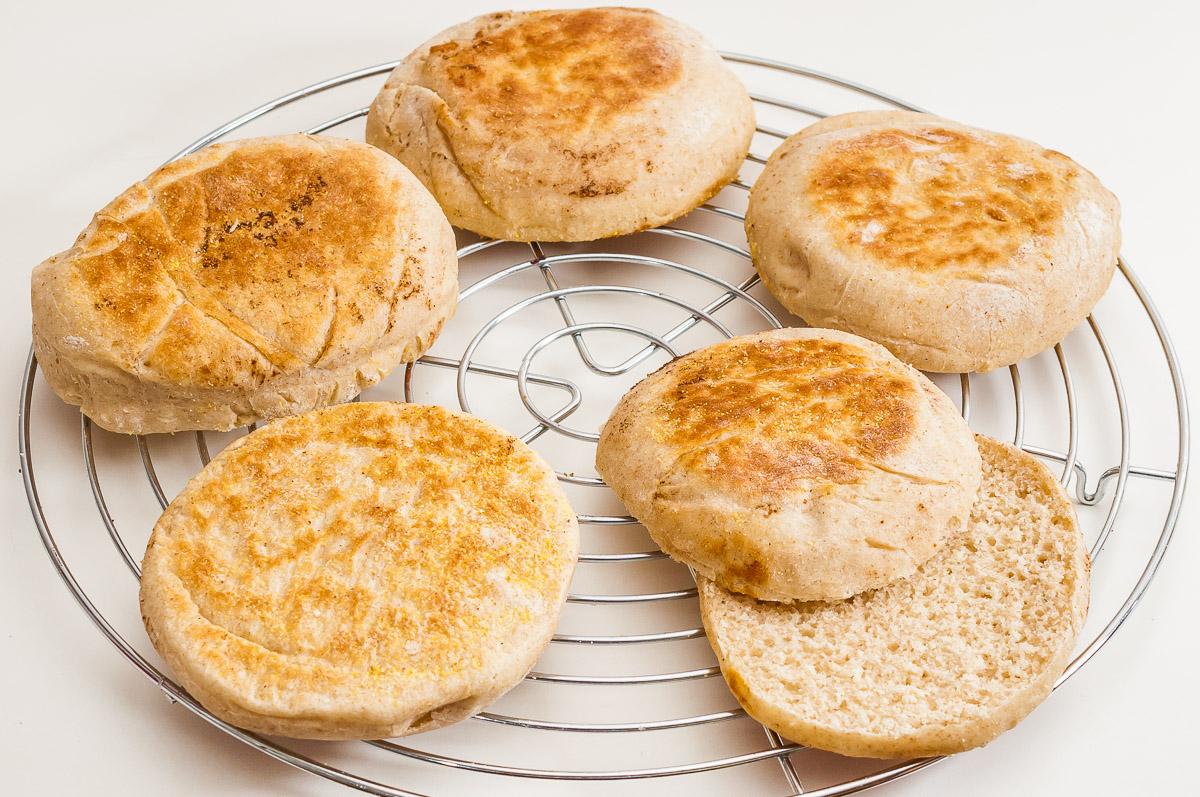 Photo de recette de pain, muffin anglais maison, bio, healthy, facile, économique, Kilomètre-0, blog de cuisine réalisée à partir de produits de saison et issus de circuits courts