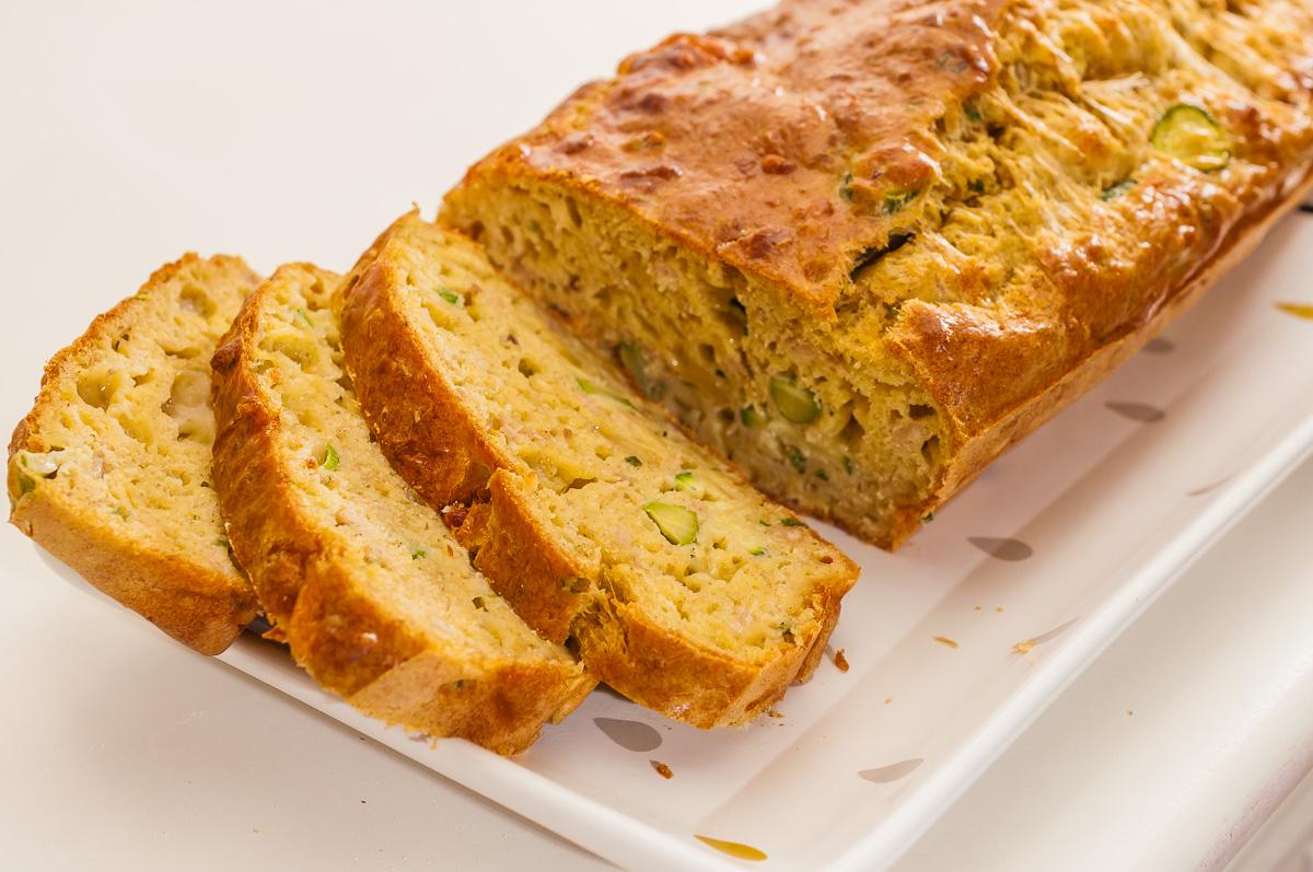 Photo de recette de cake au thon, courgette, fromage, comté, facile, rapide, léger de  Kilomètre-0, blog de cuisine réalisée à partir de produits de saison et issus de circuits courts