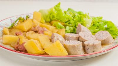 Photo de recette de goulash de pomme de terre, porc, saucisse, cuisine hongroise, recette d'Hongrie, facile, économique, healthy de Kilomètre-0, blog de cuisine réalisée à partir de produits de saison et issus de circuits courts