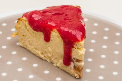 Photo de recette de  gâteau fromager léger, rhubarbe, framboises de Kilomètre-0, blog de cuisine réalisée à partir de produits de saison et issus de circuits courts