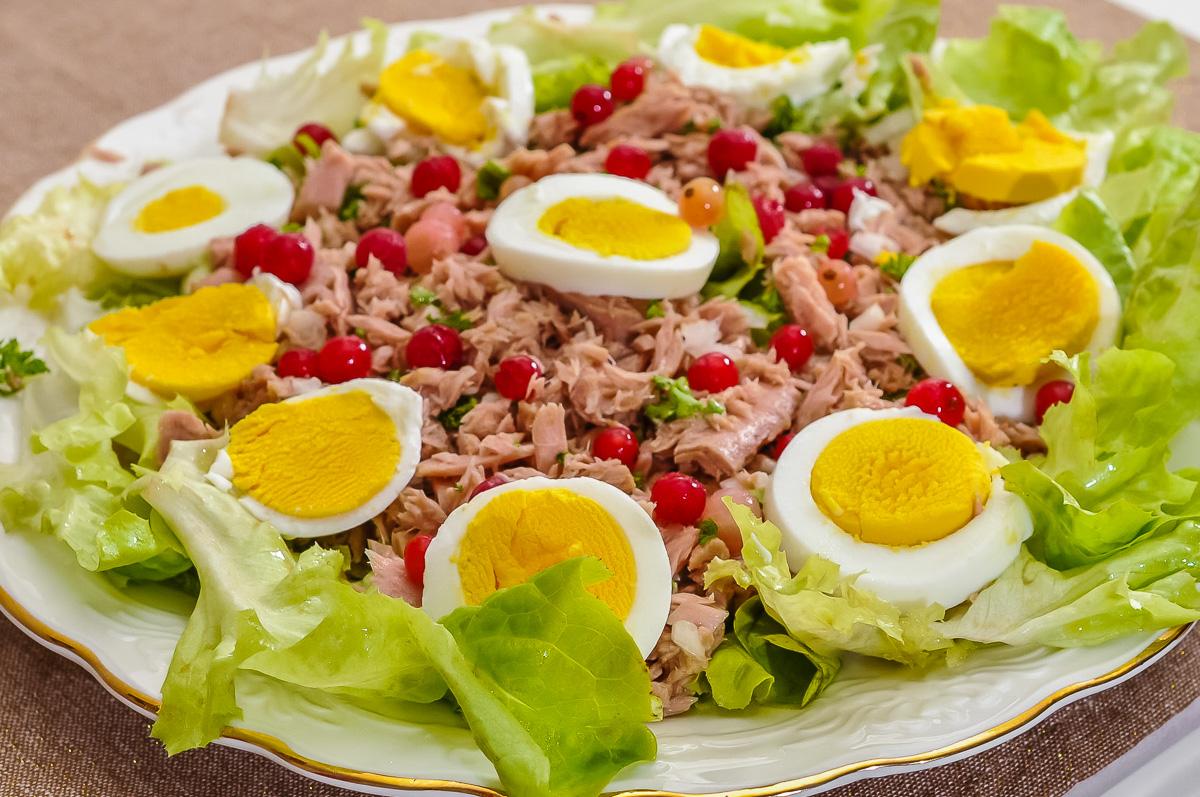 Photo de recette de salade d'été, salade verte, légère, oeufs, thon, fruits rouges, groseilles, healthy, de  Kilomètre-0, blog de cuisine réalisée à partir de produits de saison et issus de circuits courts
