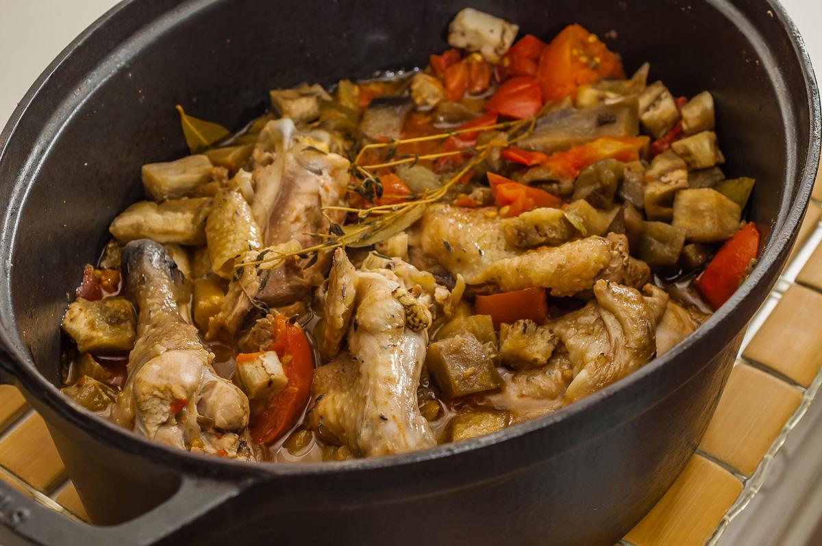 Photo de recette de Kedjenou de poulet, cuisine ivoirienne, Côte d'Ivoire, africaine, poulet, légumes, mijoté, aubergines, de  Kilomètre-0, blog de cuisine réalisée à partir de produits de saison et issus de circuits courts