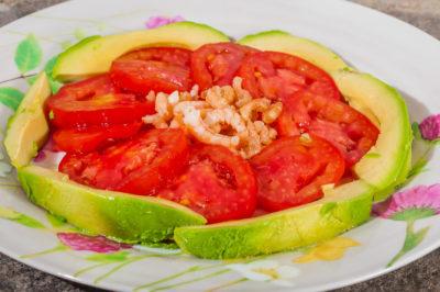 Photo de recette de salade légère estivale, été, tomates, crevettes, avocat, facile, rapide, bio, healthy, simple de Kilomètre-0, blog de cuisine réalisée à partir de produits de saison et issus de circuits courts