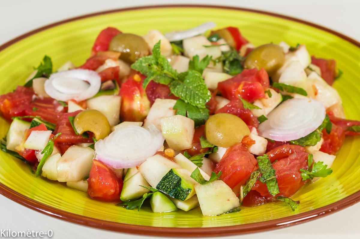 Photo de recette de cuisine du monde, recette tunisienne, Tunisie, bio, salade de crudités d'été, concombre, tomates, oignons, olives, courgette, végétariene, healthy, Kilomètre-0, blog de cuisine réalisée à partir de produits de saison et issus de circuits courts