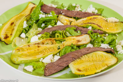 Photo de recette de salade de boeuf, courgettes, feta, été, estivale, légère, fêta, healthy, salade complète, Kilomètre-0, blog de cuisine réalisée à partir de produits de saison et issus de circuits courts