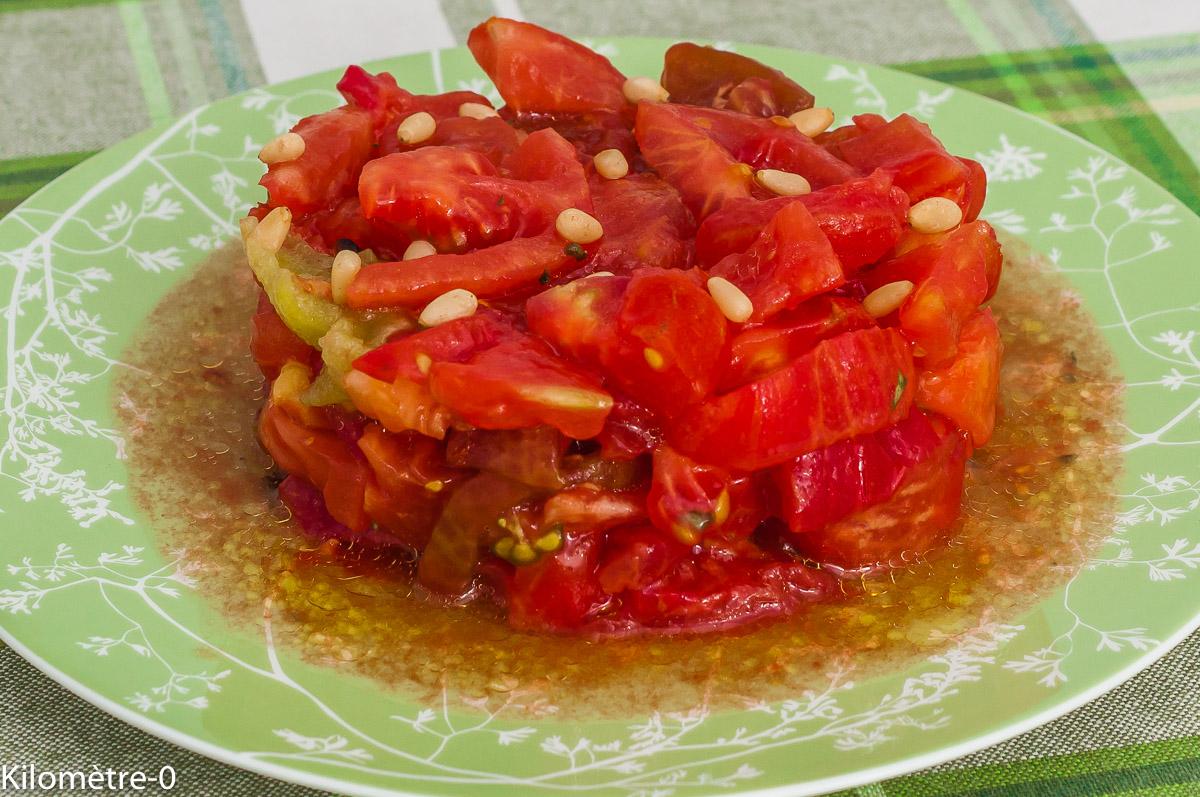 Photo de recette de salade de tomates anciennes, bio, végétarienne, facile, rapide, été, recette légère Kilomètre-0, blog de cuisine réalisée à partir de produits de saison et issus de circuits courts