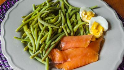 Photo de recette estivale légère, salade, fraiche, haricots verts, truite fumée, oeuf, de de Kilomètre-0, blog de cuisine réalisée à partir de produits de saison et issus de circuits courts