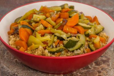 Photo de recette bolivienne, américaine, Bolivie, quinoa, légumes, végétarienne, healthy, bio, facile, été, carotte, courgette, facile, rapide dede Kilomètre-0, blog de cuisine réalisée à partir de produits de saison et issus de circuits courts