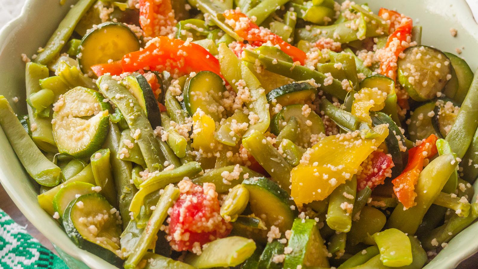Photo de recette de salade de légumes, été, poivrons, tomates, haricots, courgettes, semoule, facile, légère, végétarien, healthy, salade composée, bio,  Kilomètre-0, blog de cuisine réalisée à partir de produits de saison et issus de circuits courts