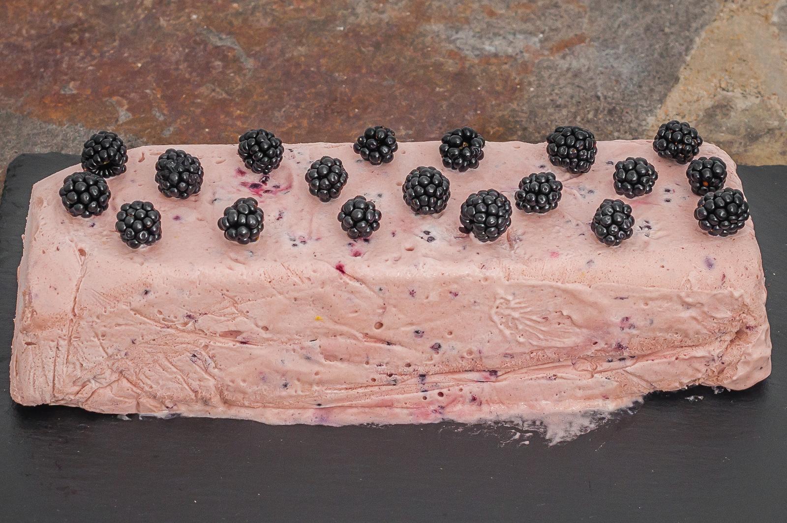 Photo de recette de glace, parfait aux mûres, fruits rouges, dessert d'été, crème dessert glacé, Kilomètre-0, blog de cuisine réalisée à partir de produits de saison et issus de circuits courts