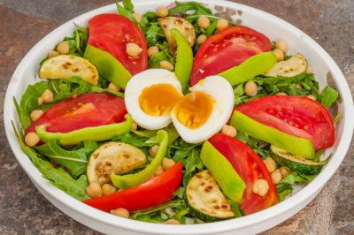 Photo de recette de salade d'été végétarienne, healthy, oeufs, tomates, poivrons, pois chiche, légère, bio, rapide, roquette, Kilomètre-0, blog de cuisine réalisée à partir de produits de saison et issus de circuits courts