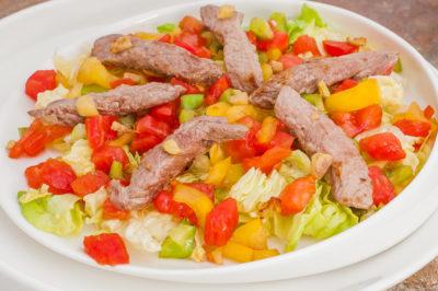 Photo de recette de salade épicée de boeuf, crudités, Cambodge, cuisine cambodgienne, viande, facile, rapide, léger, bio de  Kilomètre-0, blog de cuisine réalisée à partir de produits de saison et issus de circuits courts