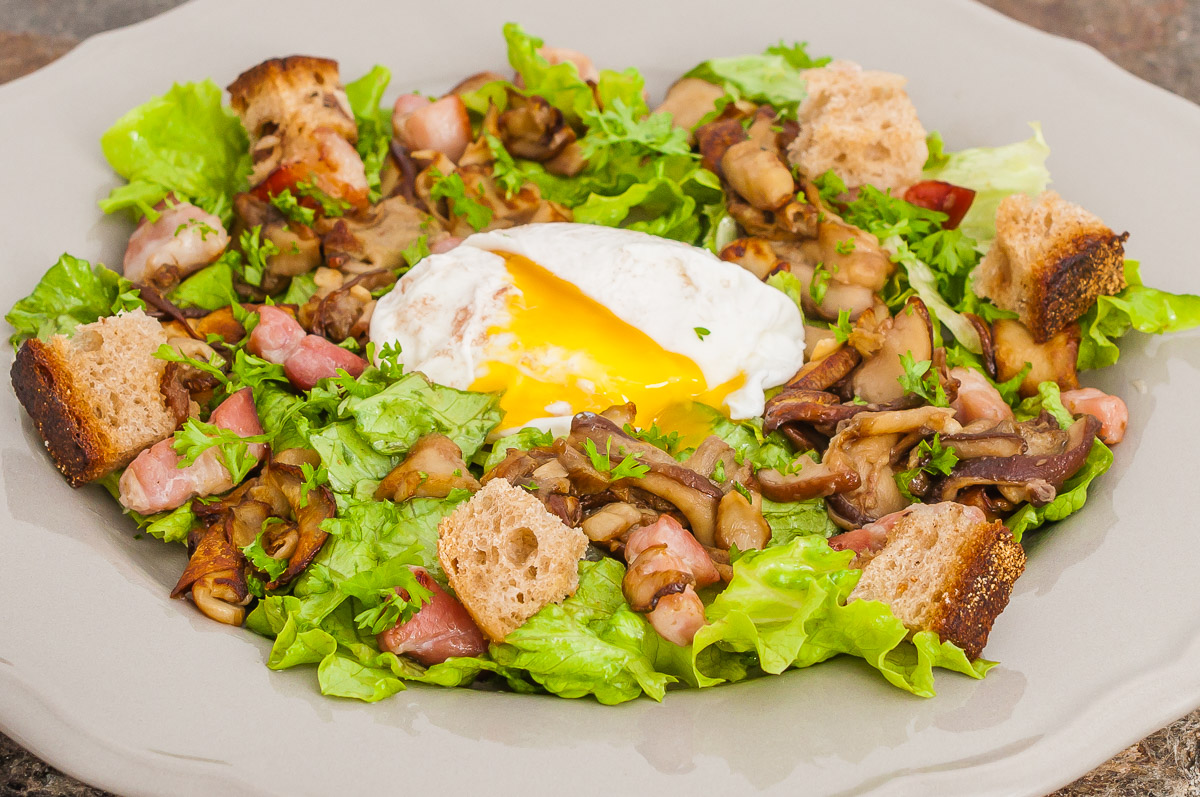Photo de recette de salade automnale, cèpes, oeuf poché inratable, poitrine, lardons, healthy, facile, léger, complèteKilomètre-0, blog de cuisine réalisée à partir de produits de saison et issus de circuits courts