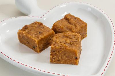 Photo de recette de Halwa maho, gourmandises d'Oman, pâtisserie, bonbons, caramels, bouchées, lait concentré, cardamone, facile, rapide, Kilomètre-0, blog de cuisine réalisée à partir de produits de saison et issus de circuits courts