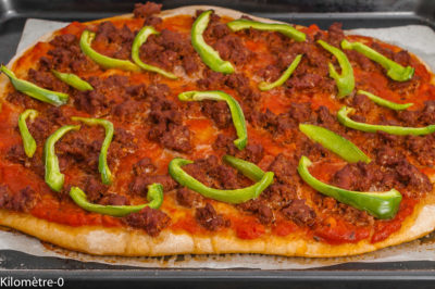 Photo de recette de pizza, merguez, poivrons, facile, maison, bio de Kilomètre-0, blog de cuisine réalisée à partir de produits de saison et issus de circuits courts