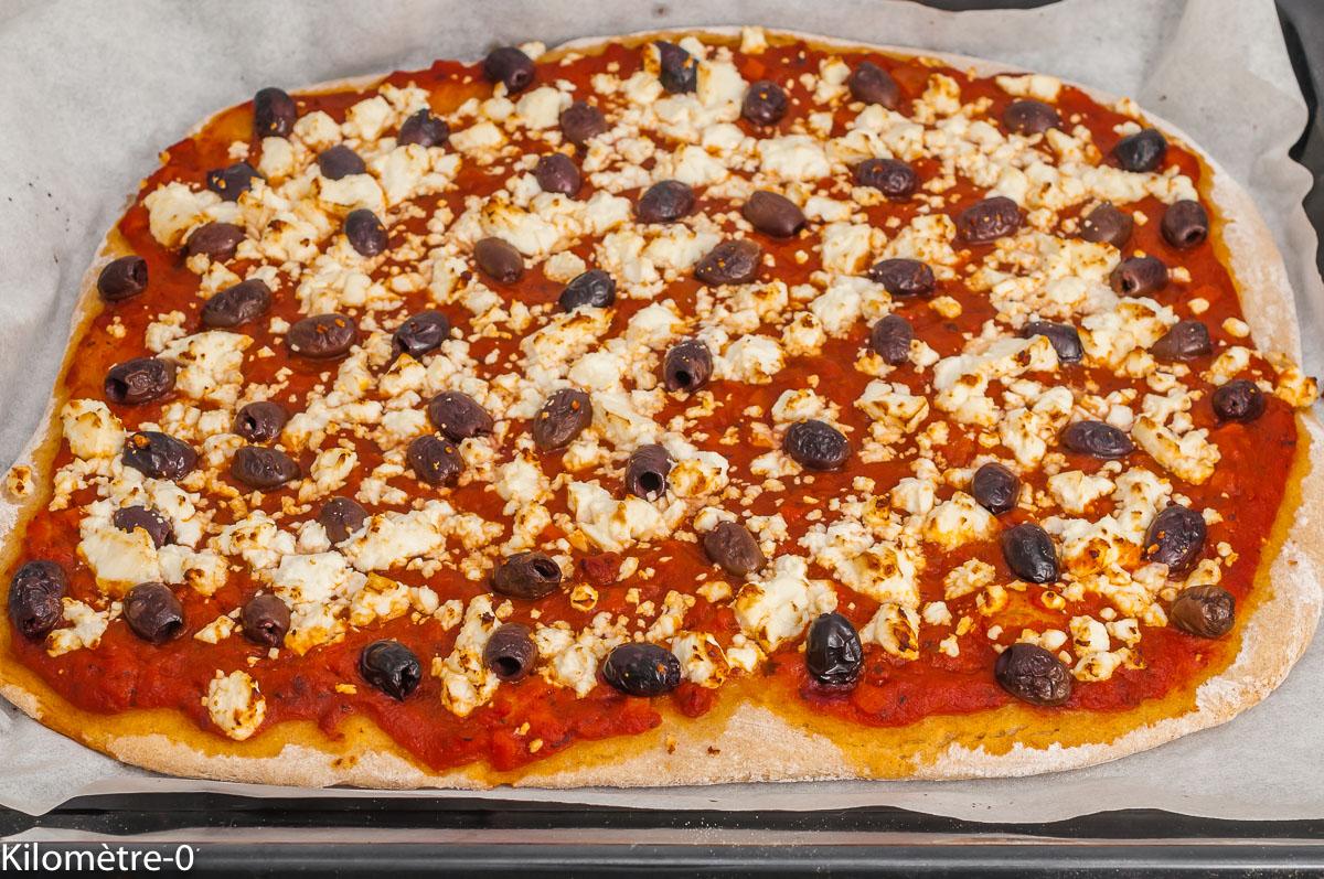 Photo de recette de pizza, olives, fêta, fromage, végétarienne, végé, heathy, bio de Kilomètre-0, blog de cuisine réalisée à partir de produits de saison et issus de circuits courts