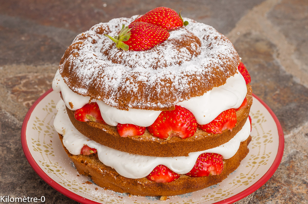 Photo de recette de gâteau d'anniversaire, fraises, facile, biscuit, fruits rouges, crème chantilly, mascarpone, facile, Kilomètre-0, blog de cuisine réalisée à partir de produits de saison et issus de circuits courts