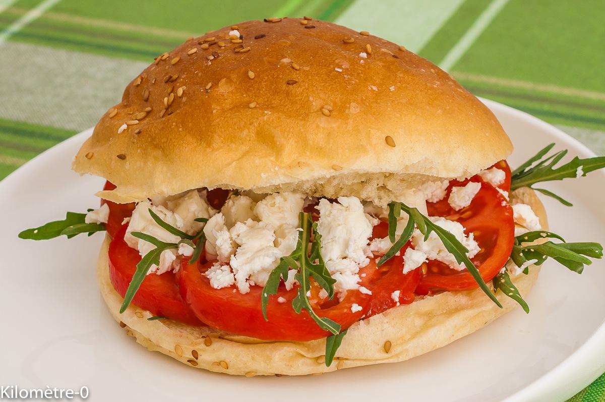 Photo de recette de burger végétarien, tomates, anciennes, fêta, healthy, été, légumes, fromage,  Kilomètre-0, blog de cuisine réalisée à partir de produits de saison et issus de circuits courts