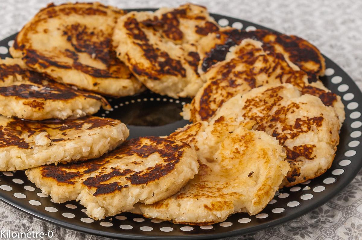 Photo de recette de pancake au fromage frais, semoule, facile, ricotta, économique, végétarien, dessert, crêpes, syrniki, pays d'Europe de l'Est, Kilomètre-0, blog de cuisine réalisée à partir de produits de saison et issus de circuits courts