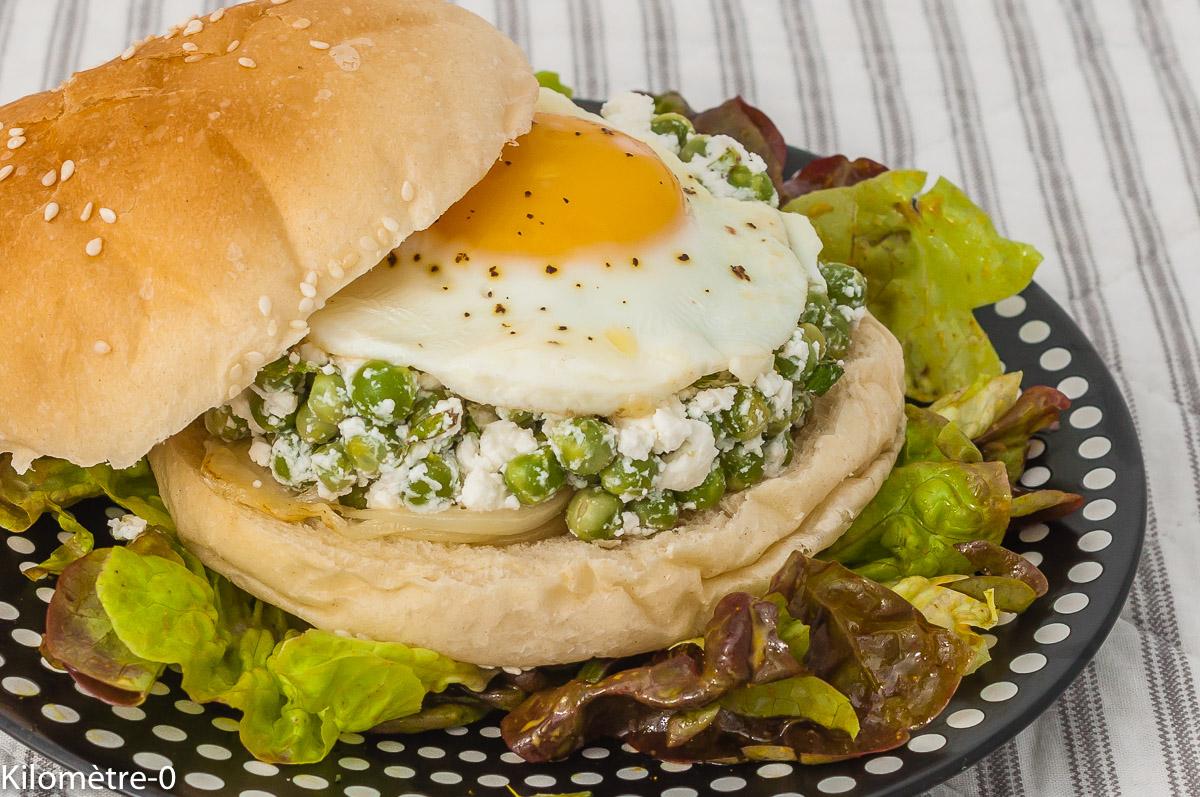 Photo de recette de burger végétarien petits pois, fêta, œuf, facile, végétarien, healthy, rapide, printemps,  Kilomètre-0, blog de cuisine réalisée à partir de produits de saison et issus de circuits courts