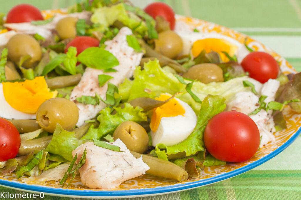 Salade de haricots verts au bar, olives et oeufs